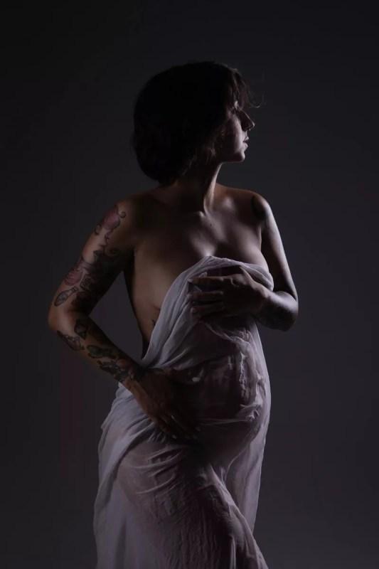 femme enceinte tatouée tissu mouillé
