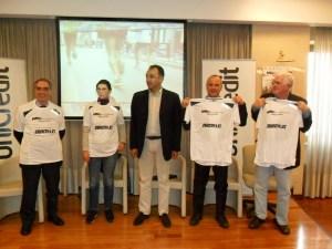 Foto 2_consegna maglie ufficiali