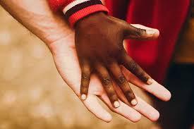 Ayrımcılık suçu ile korunan hukuksal yarar Gerek iç hukukumuzdaki düzenlemelerle gerek uluslararası anlaşmalarla kişilerin sahip olduğu, çalışma hakkı, mülkiyet hakkı, yerleşme özgürlüğü, eğitim hakkı gibi temel haklarının, ayrımcılık yapılarak ellerinden alınmasına yönelik eylemlerini engellemektir.