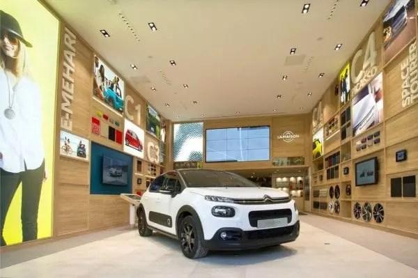 Un exemple d'expérience Store avec PSA Retail, la branche distribution de PSA, qui part à la conquête des centres villes. le groupe français inaugure le jeudi 27 avril 2017, sa première concession 2.0 dans le 16ème arrondissement de Paris. 500 m² regroupe dans un même espace trois marques du groupe : Citroën, Peugeot et DS.