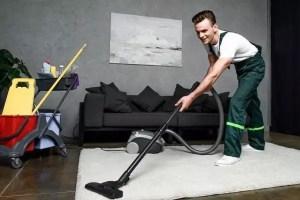 Homme nettoie tapis