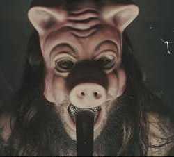 Knives videoclip de «Pigs»