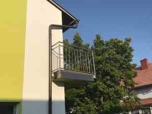 Balkon mit Nirogeländer
