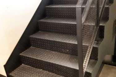 Μεταλλική σκάλα για εσωτερικό χώρο