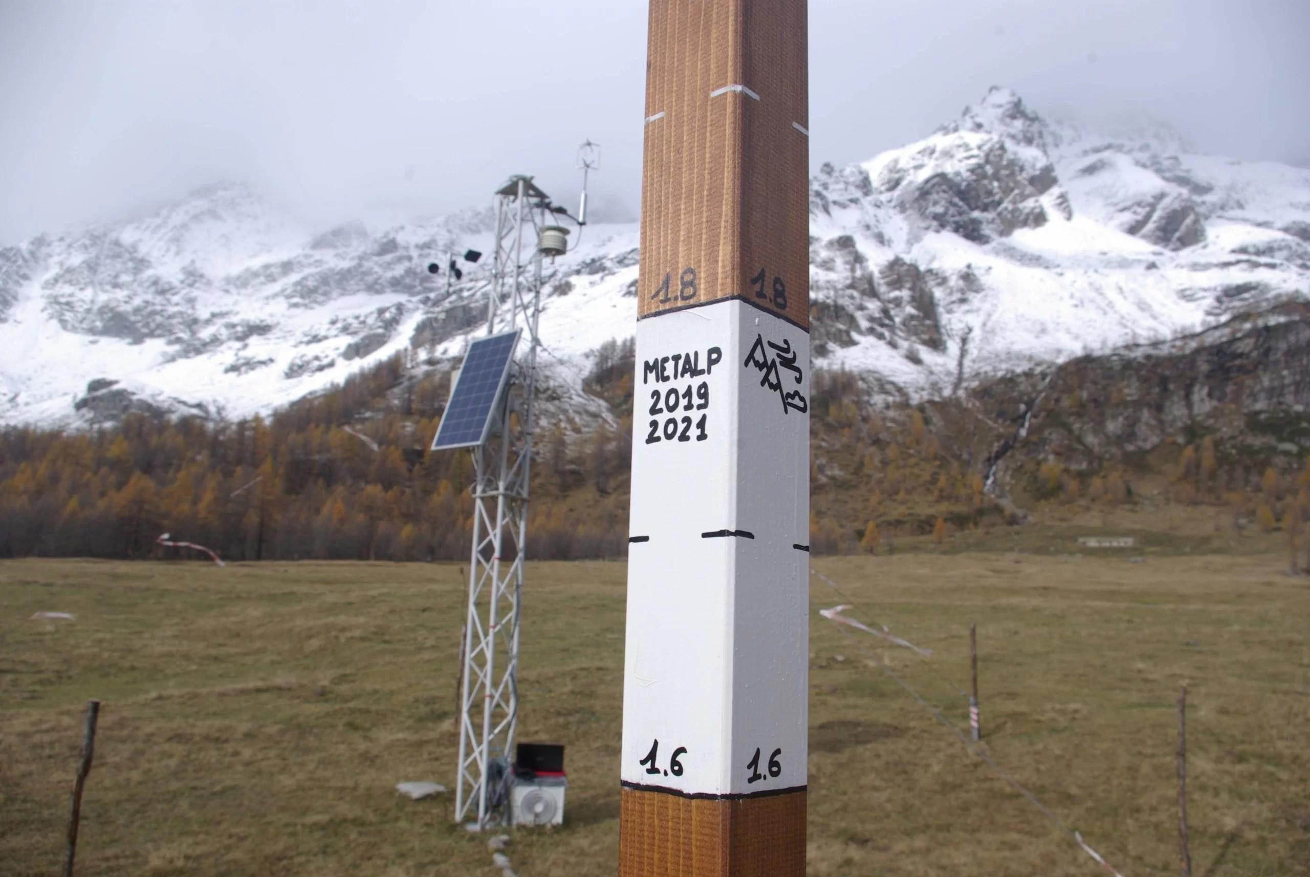 La stazione dell'Alpe Veglia con l'asta nivometrica (novembre 2019)