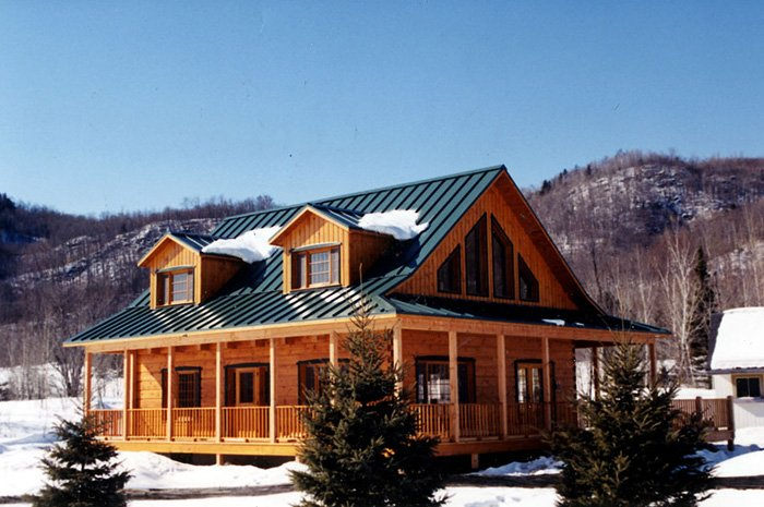 This Ontario log cabin features a spectacular view and a stunning steel sheet roof.