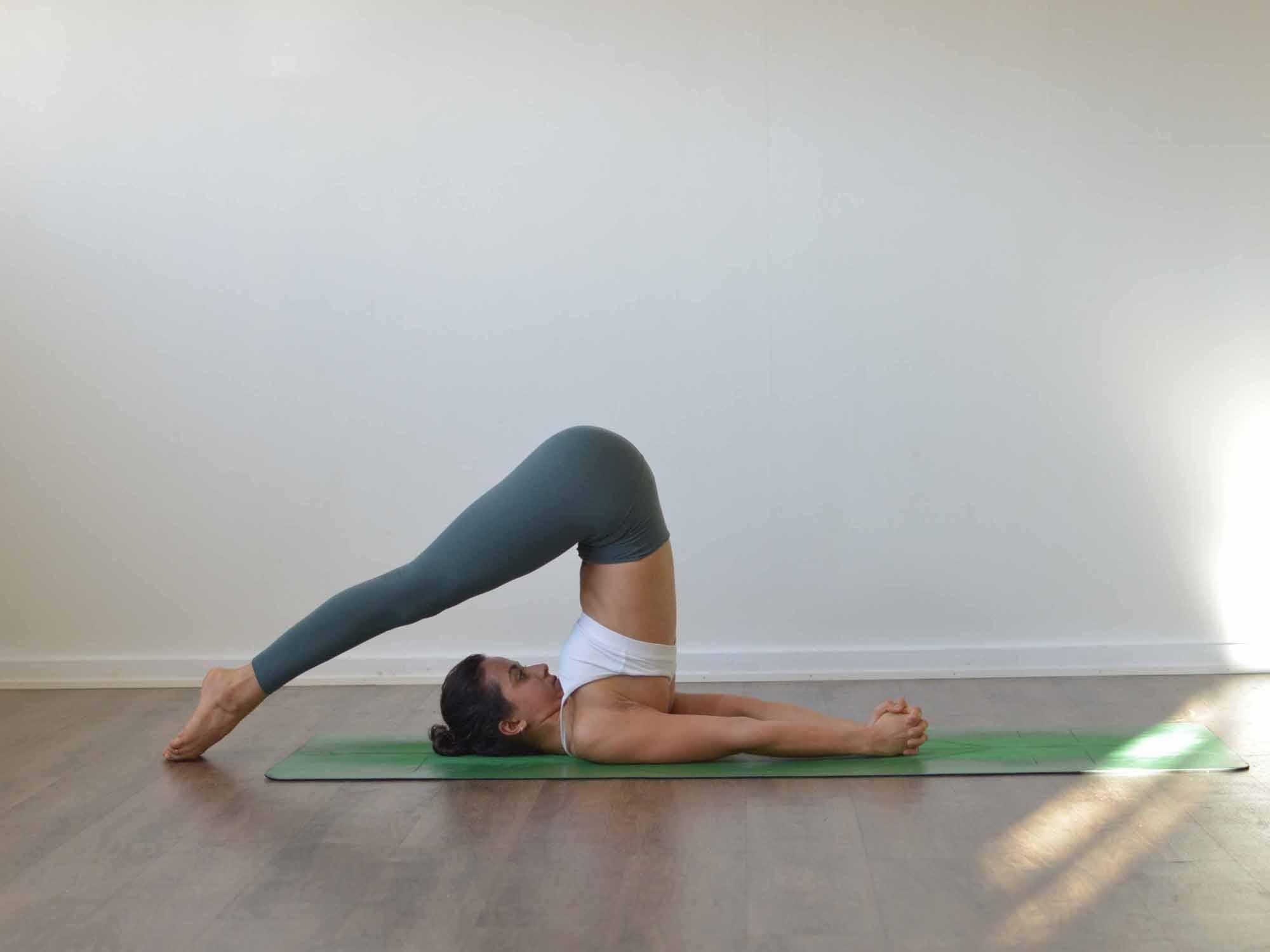 Position de yoga : la charrue (Halâsana)