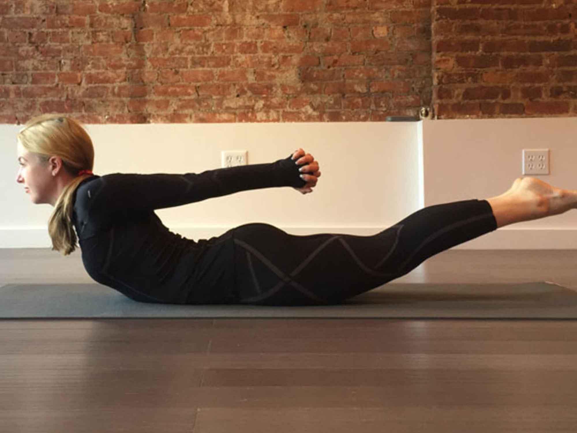 Position de yoga : la sauterelle (Shalabâsana)