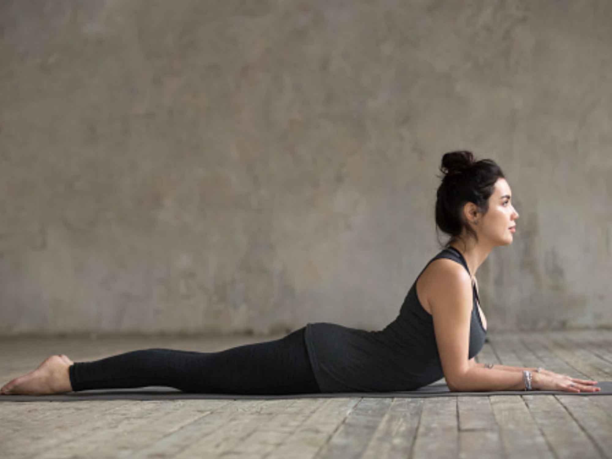 Position de yoga : le sphinx (Ardha-Bhujangâsana)