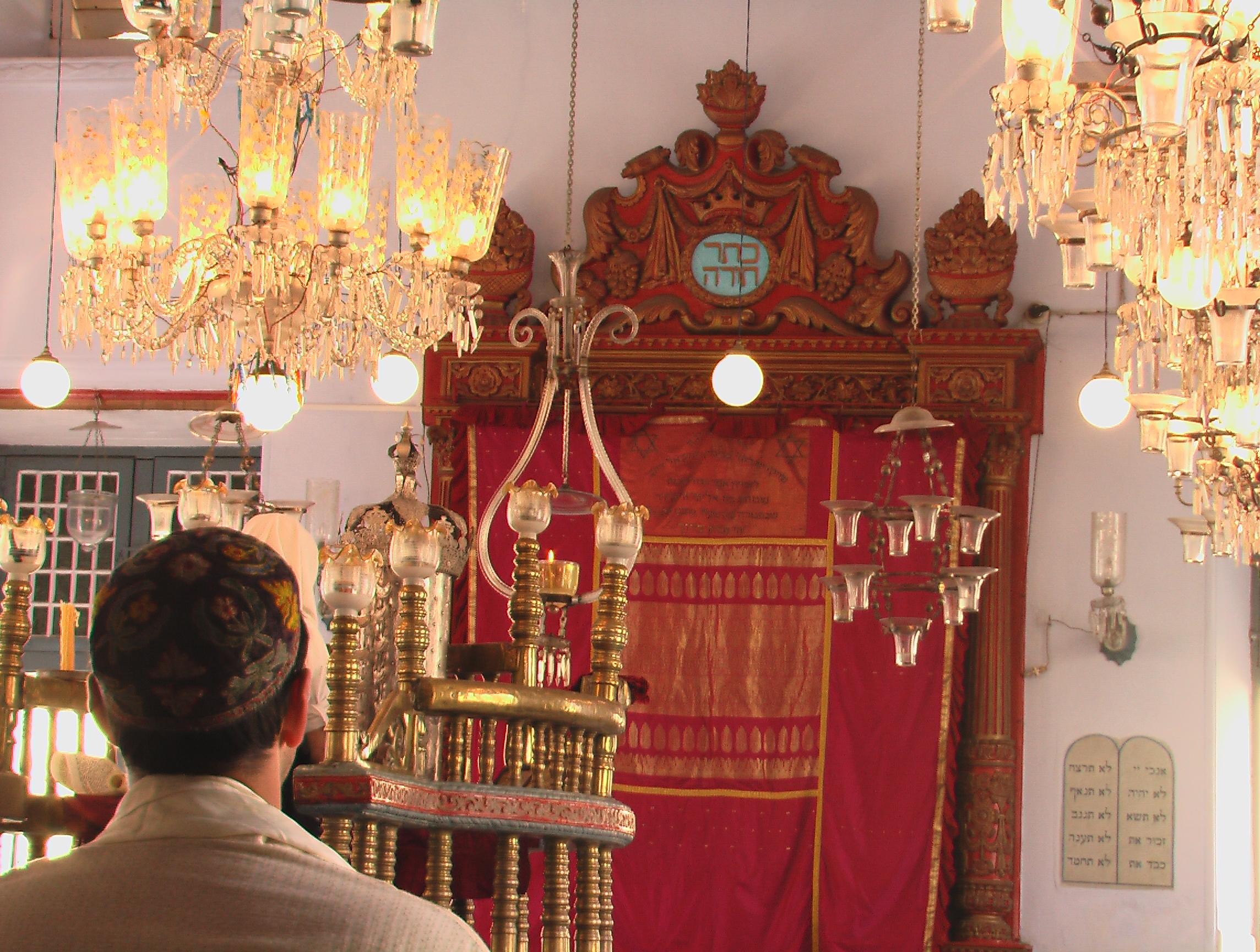 מתפלל בבית הכנסת היהודי העתיק של קהילת קוצ'ין במדינת קרלה