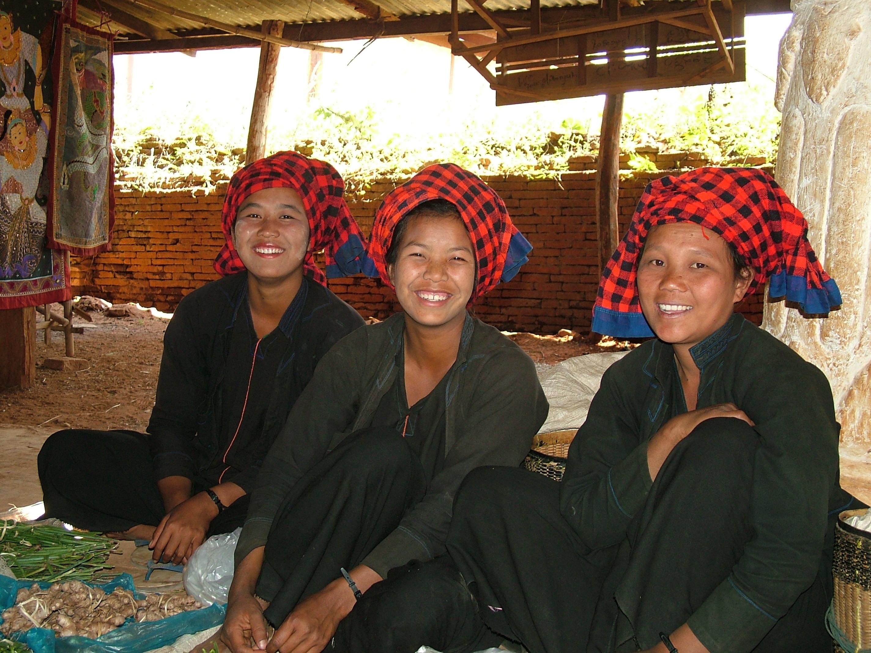 נשים משבטי בורמה בלבושת מסורתית