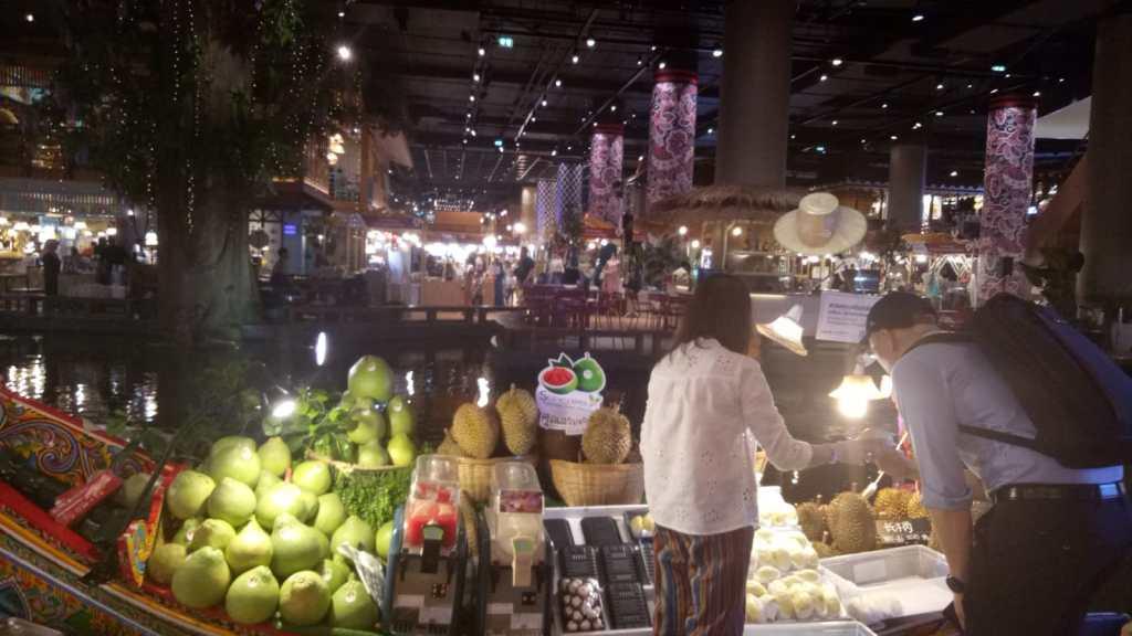 קומת האוכל - שוק צץ במרכז הקניות החדש ביותר איקון-סיאם בבנגקוק