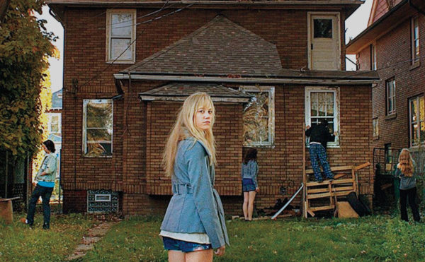 it follows maika monroe outside house