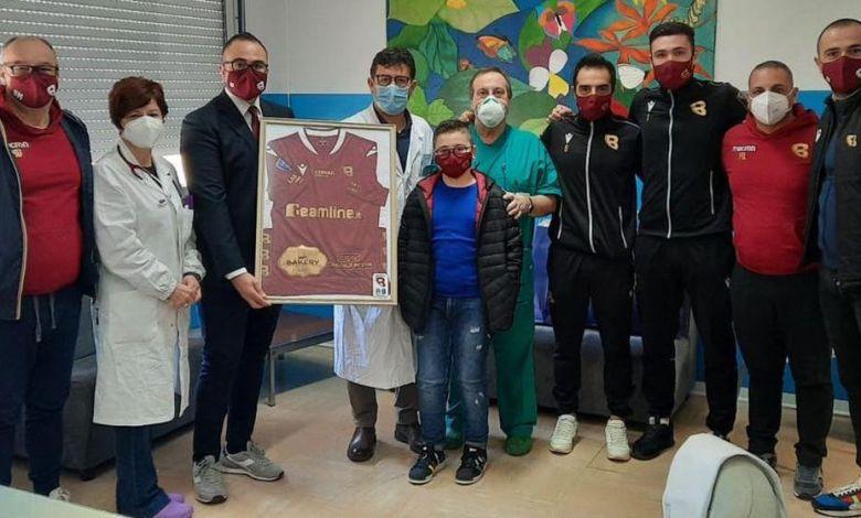 Photo of Il Bovalino Calcio a 5 dona uova ai bambini ricoverati in Pediatria a Locri