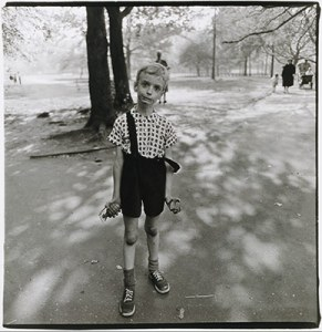 The New Documentary Tradition in Photography   Essay   Heilbrunn     Child with a toy hand grenade in Central Park  N Y C