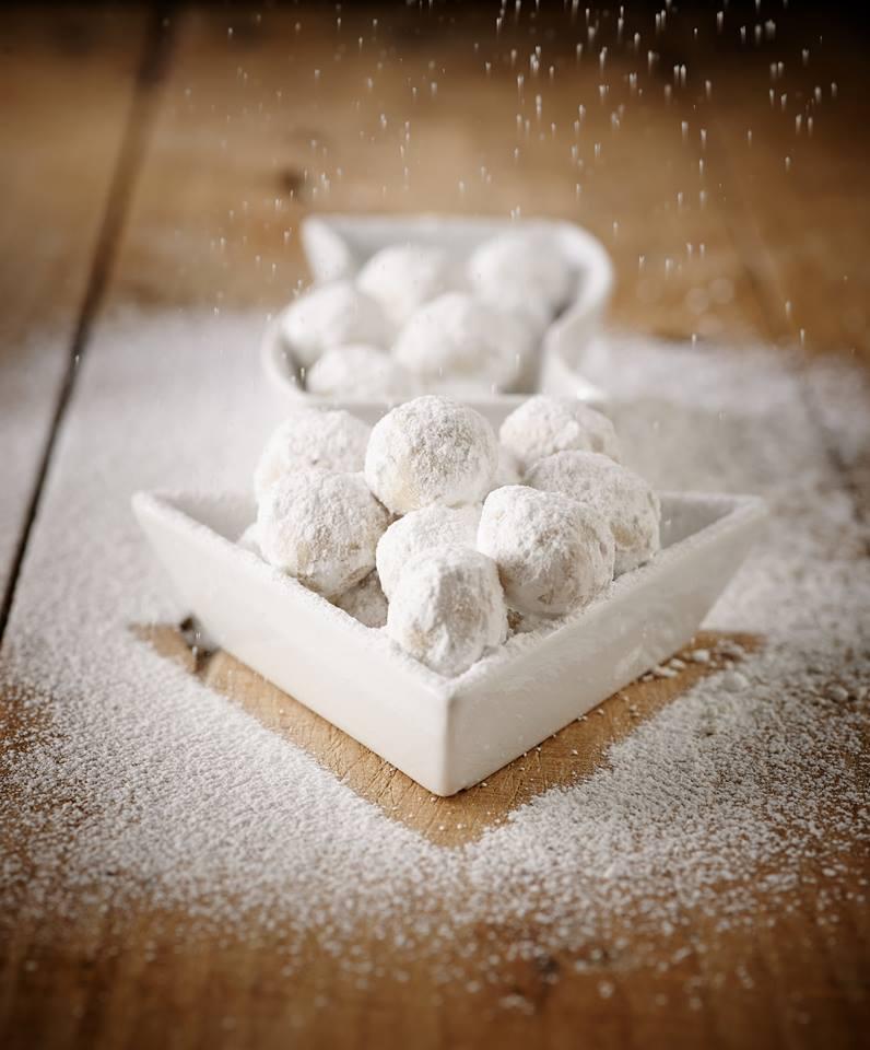 Δεν υπάρχει μαγική συνταγή για τον τέλειο κουραμπιέ. Το κλειδί της επιτυχίας βρίσκεται στην επιλογή άριστων υλικών, στην υπομονή γιατί είναι ολίγον τι μπελαλίδικοι και στην αγάπη γι΄αυτούς που μαγειρεύονται.