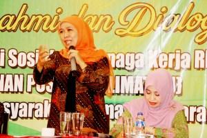 Mensos Khofifah Indar Parawansa saat berdialog dengan warga Nahdatu Ulama di Royal Crown Restaurant.