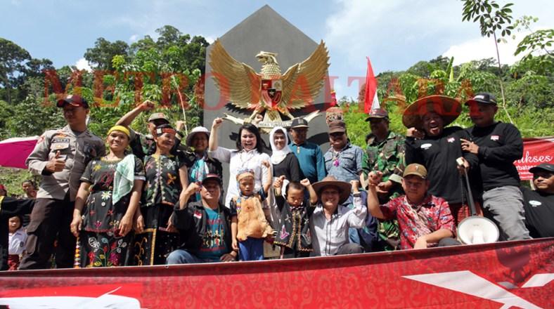 Diresmikan - Anggota DPRD rov. Kaltara foto bersama Dewan Pembina MPPI dan Anggota Pemuda Penjaga Perbatasan di Tugu Garuda Pancasila