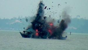 Salah satu kapal asing yang diledakan Lantamal XIII di perairan Tanjung Pasir, Kota Tarakan, Selasa (18/08).