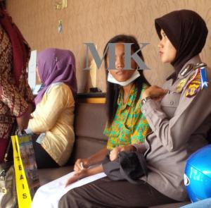 NS (korban) menceritakan kejadian pemukulan yang dialaminya kepada petugas kepolisian.