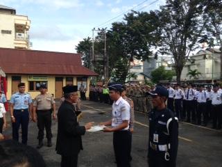 Petugas keamanan dari Bandara Juwata Tarakan, Muhammad Bin Ruslan (31) mendapat penghargaan dari Walikota Tarakan Ir. Sofian Raga karena prestasinya menggagalkan penyelundupan sabu.