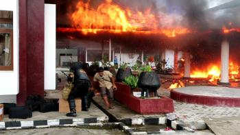Gedung Serba Guna Pemprov Kaltara dibakar massa.