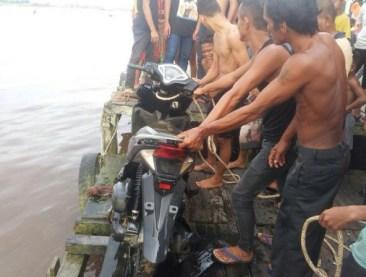 Barang bukti sepeda motor yang diangkat sejumlah masyarakat dari Sungai Kapuas.