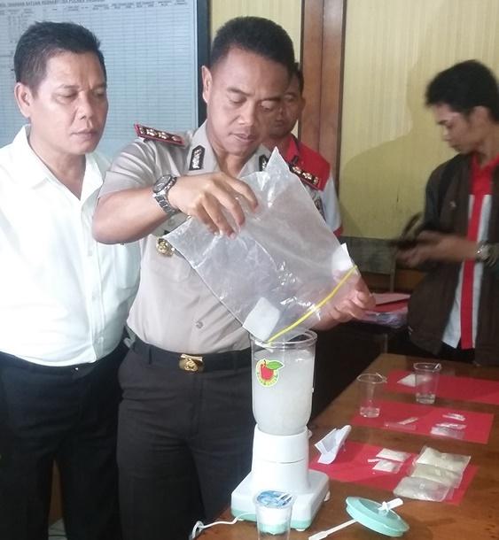 Kapolres Tarakan AKBP Dani Hamdani didampingi Kasat Reskoba melakukan pemusnahan barang bukti narkoba dengan cara dibelender.
