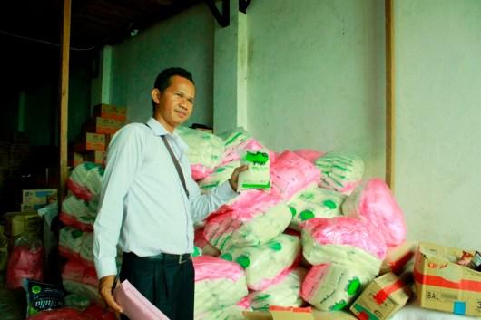 Petugas Polres Tarakan saat melakukan pemeriksaan terhadap puluhan karung gula asal Malaysia.