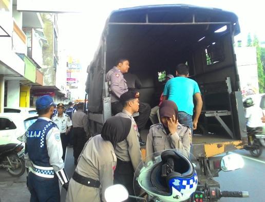 Puluhan juru parkir liar yang diamankan petugas kepolisian dan dinas perhubungan.