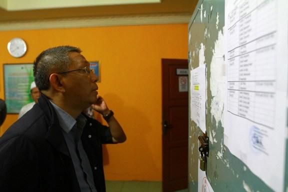 Walikota Pontianak, Sutarmidji saat meninjau pelaksanaan UNBK di sekolah-sekolah dan melihat daftar peserta maupun jadwal ujian.