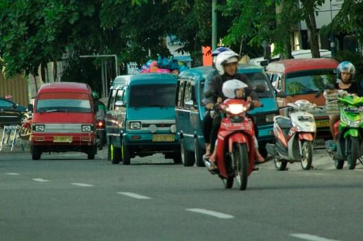 Muhammad Ilman -- Menunggu penumpang, sejumlah angkot terparkir di Jl Yos Sudarso untuk menunggu penumpang (2)