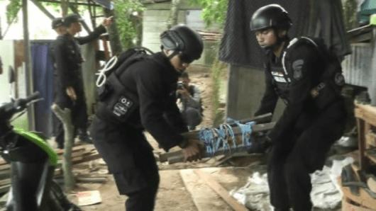 Petugas Satbrimob Polda Kaltim saat mengevakuasi mortir di Jl Aki Balak.