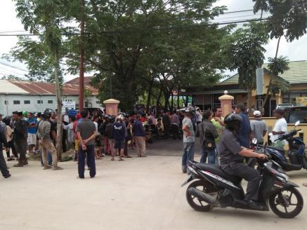 Kerumunan warga saat menyaksikan penangkapan Udin.