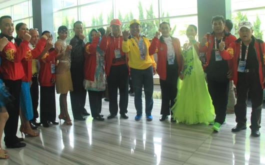 Wakil Gubernur Kaltara H. Udin Hianggio berfoto bersama Tim Dansa Kaltara.