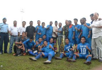 Euforia PS. Pelangi Utara Malinau bersama para pejabat yang mendukung kesuksesan Kompetisi Liga Nusantara Kaltara 2016.