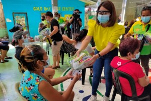 Quezon City Councilor distributes COVID-19 safety kits as national government rolls out vaccination for frontliners