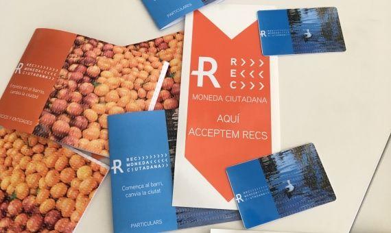 Folletos promocionales, distintivos y tarjetas del rec,  la moneda virtual del Eix Besòs que empezará a circular el próximo mes de mayo / XAVIER ADELL