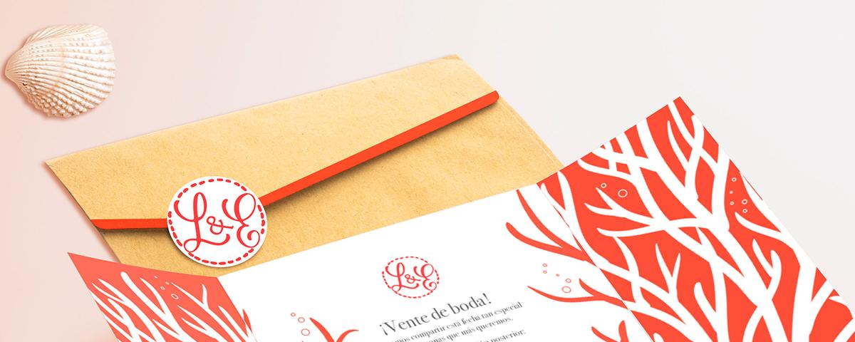Detalle invitación de boda de Lola y Eric. Tema marino. Coral. Colores: blanco y coral. Sobre kraft con pegatina personalizada