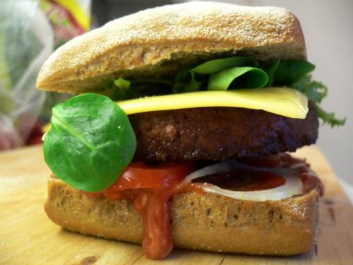 Der Soja Burger schmeckt besser als er aussieht.