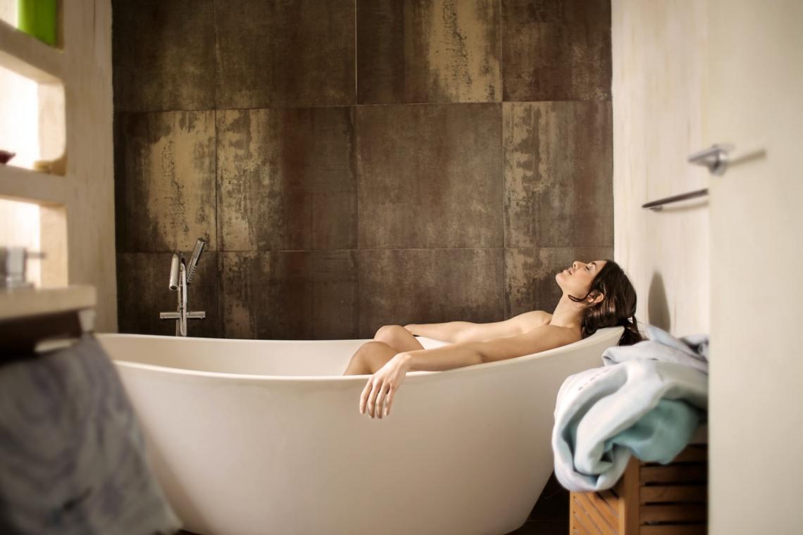 La baignoire ilot au milieu de la salle de bains