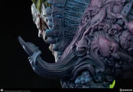 Aparição do Batman como um dos detalhes do traje da nova estátua