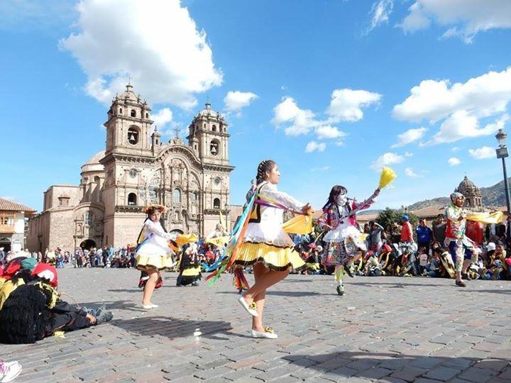 Plaza das Armas em Cusco - um povo festivo, de cores e orgulhosos do seu folclore! | Arquivo pessoal