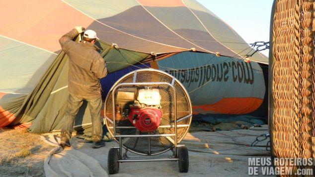 Enchendo o balão na Capadócia - Turquia