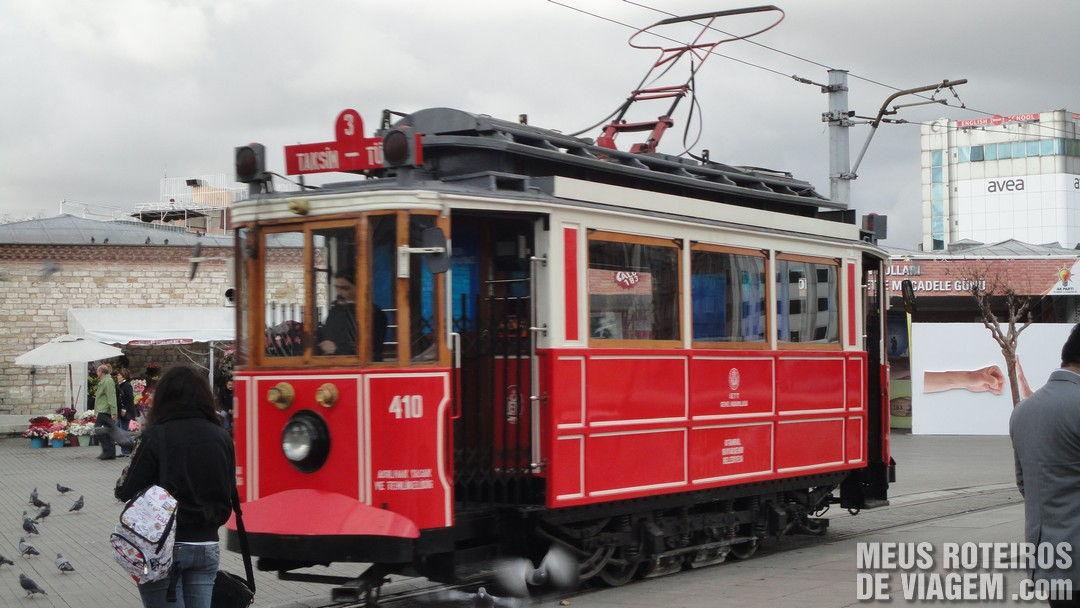 Tram na praça Taksim - Istambul, Turquia