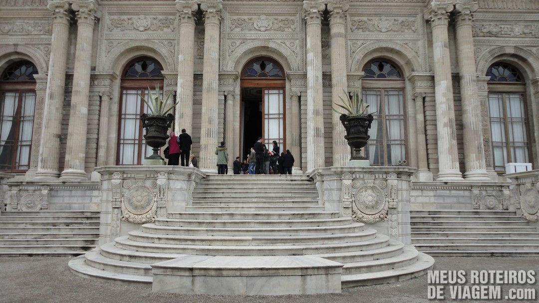 Porta de saída do tour, na lateral do Palácio