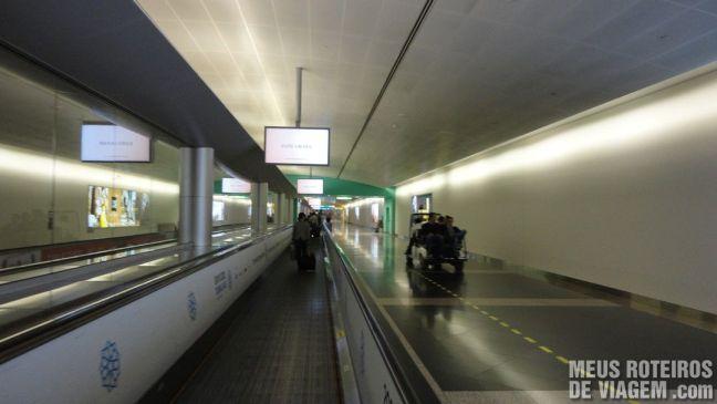 Corredor de acesso aos portões de embarque - Aeroporto de Dubai