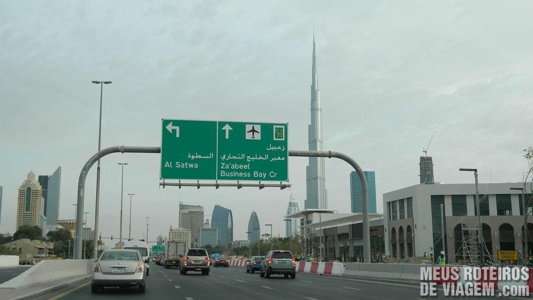 Placa de trânsito em Dubai e o edifício Burj Khalifa