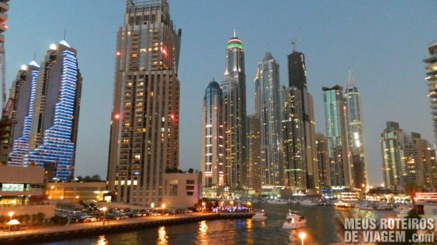 Prédios iluminados na Dubai Marina - Emirados Árabes