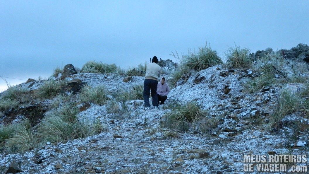 Turistas curtindo o frio intenso